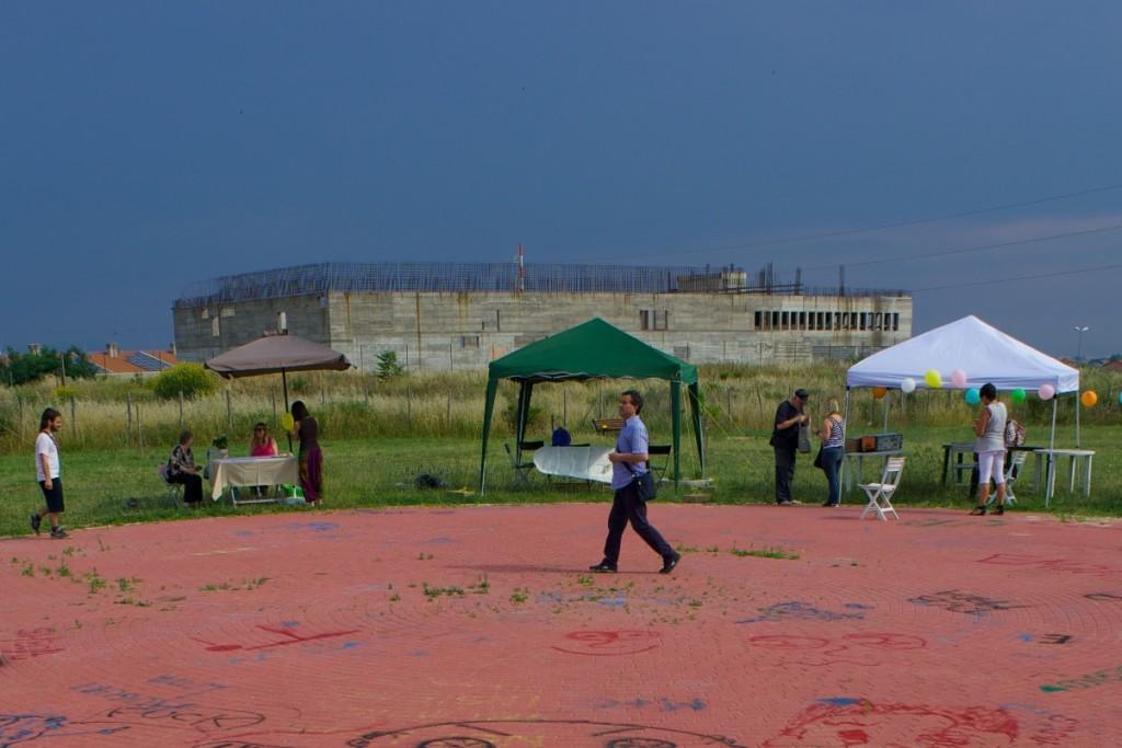 ...sullo sfondo ciò che dovrebbe essere stato il Palazzetto dello Sport di Cesano