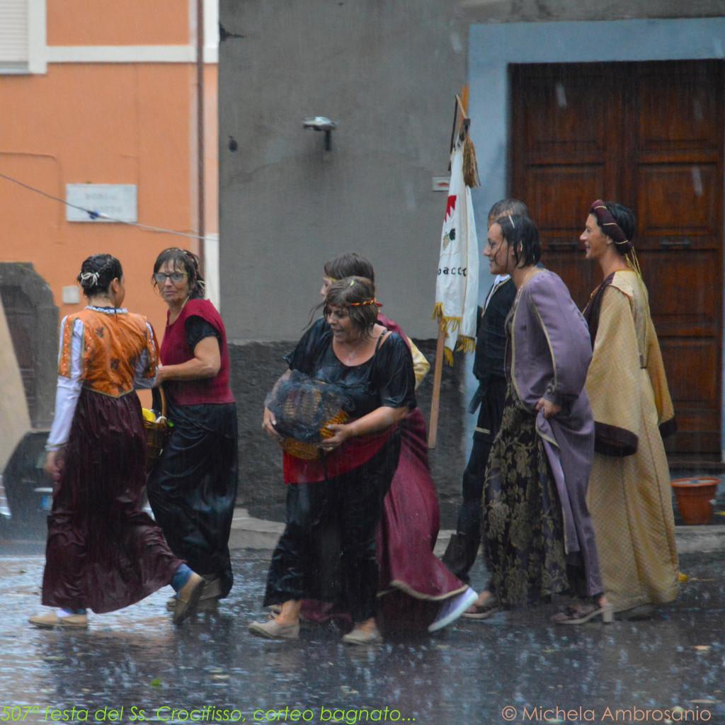 507ª festa del Ss. Crocifisso, corteo bagnato...