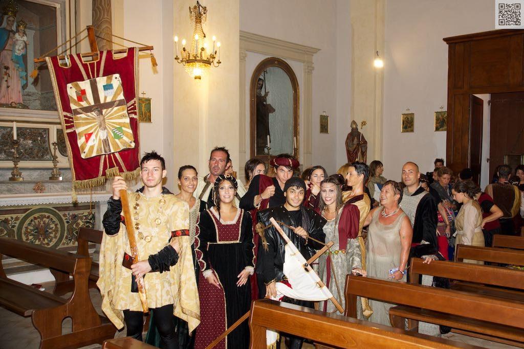 507ª festa del Ss. Crocifisso, corteo bagnato dalla pioggia, l'arrivo in parrocchia