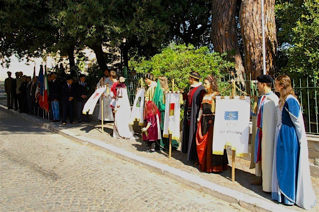 Davanti al Monumento dei Caduti di Borgo di Sopra